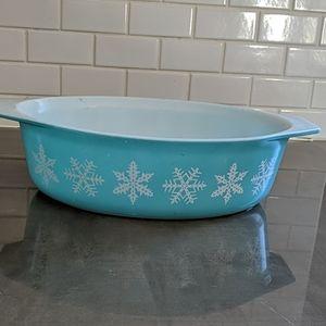 Pyrex Snowflake dish, white on turquoise.